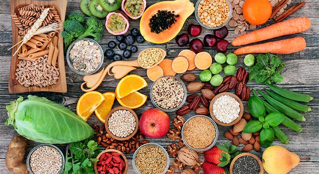 Se denominan prebióticos a un tipo de hidratos de carbono no digeribles (fibras) presentes en la dieta, que estimulan el crecimiento o la actividad de microorganismos autóctonos, resultando beneficioso para la salud. Pese a que nuestro sistema digestivo no es capaz de digerir los prebióticos, éstos son fermentados en el tracto gastrointestinal y utilizados como alimento por las bacterias intestinales beneficiosas. De esta forma se promueve el crecimiento de dichas bacterias, disminuyendo la cantidad de microorganismos potencialmente patógenos.